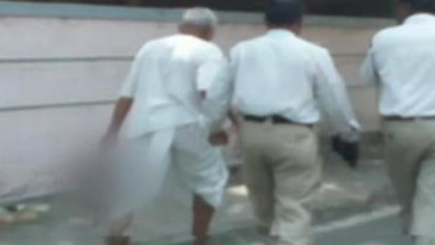 Ramu Chavan allegedly carrying his wife's severed head