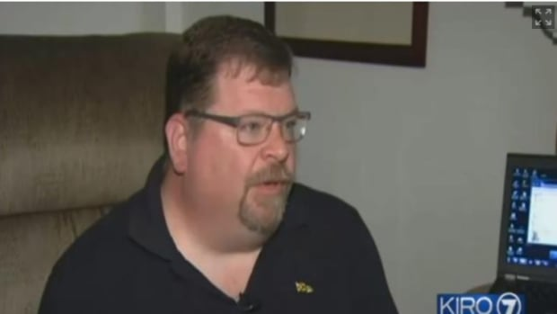 Chris Shelley, who is 6 feet tall and 250 pounds, says he was kicked off a flight because of his weight.