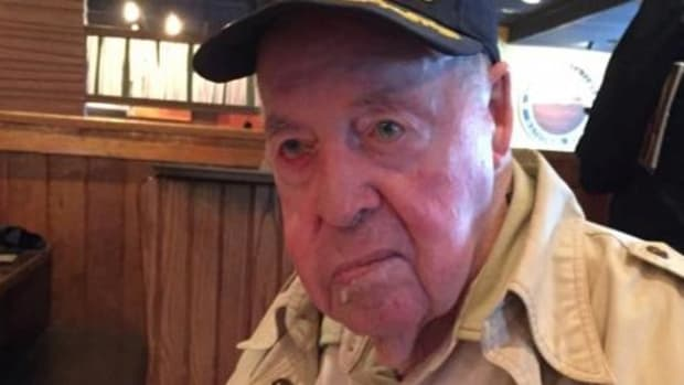 92-Year-Old Vet's Trip To Outback Steakhouse Takes Unexpected Turn (Photos) Promo Image
