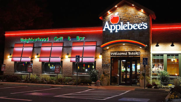 Woman Alleges Glass Was In Her Applebee's Meal Promo Image