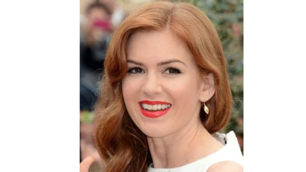 Isla Fisher Mocks Donald Trump In Acceptance Speech Promo Image