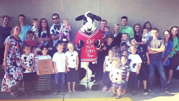 Chick-fil-A Gives Duggars Free Food, Josh Poses With Cow Promo Image