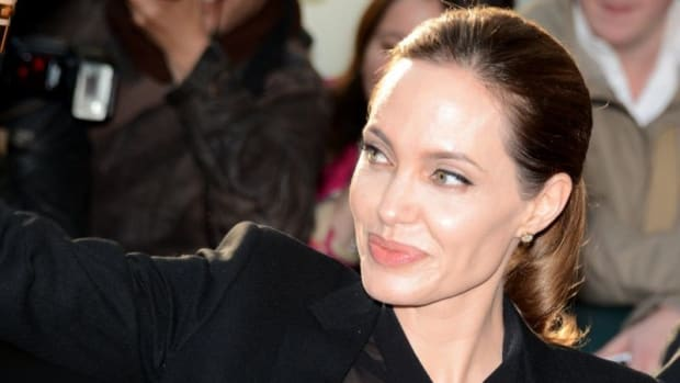 Jolie Seems To Ignore Aniston At Golden Globes (Video) Promo Image