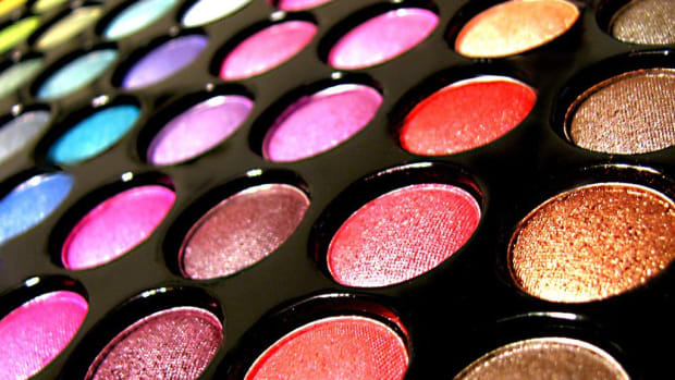 Emma Stone's Golden Globe Makeup Had A Hidden Meaning (Photos) Promo Image