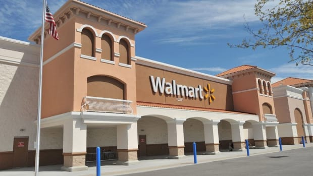 Walmart Cashier Spots Scam, Saves Senior $2,300 (Video) Promo Image