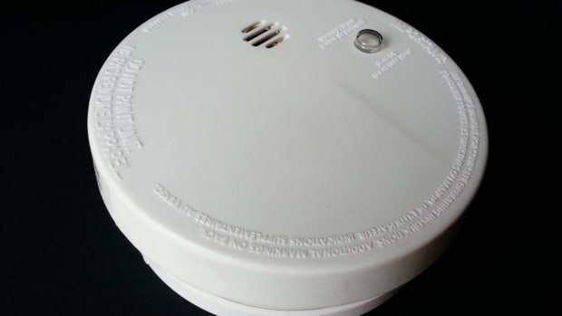 Airbnb Guests Discover Camera In Smoke Detector (Video) Promo Image