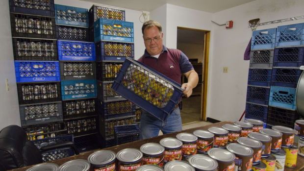 man unloading food