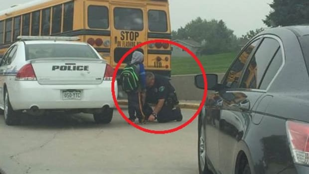 officer helps boy who missed bus for school