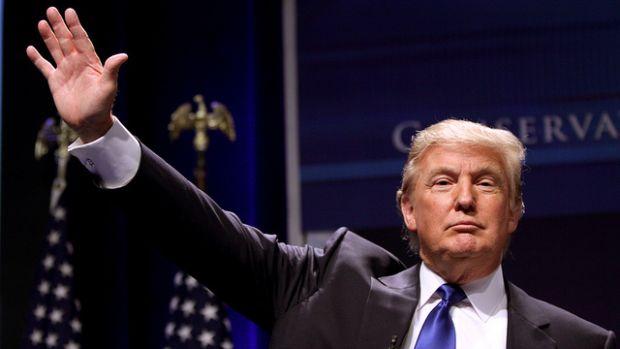 Trump waving to crowd.