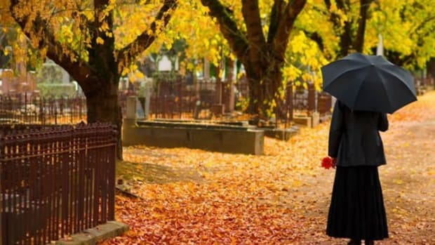 Grieving Woman Checks Email After Husband's Funeral, Faints After Seeing Message Promo Image