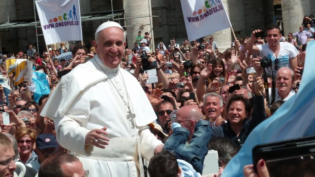 Pope Francis and a crowd of supporters
