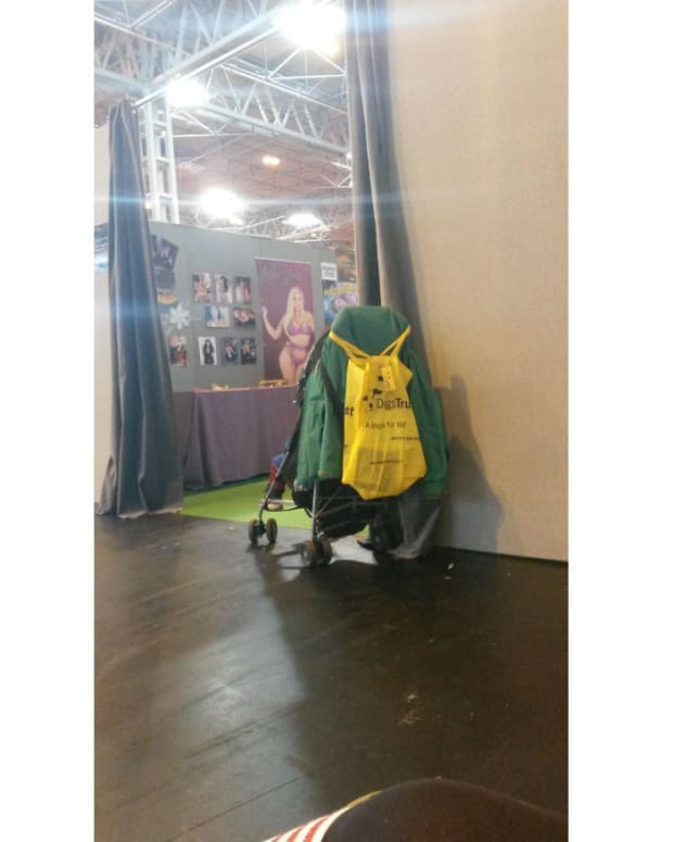 This photo of a child left alone at a science fiction convention was shared more than 10,000 times.