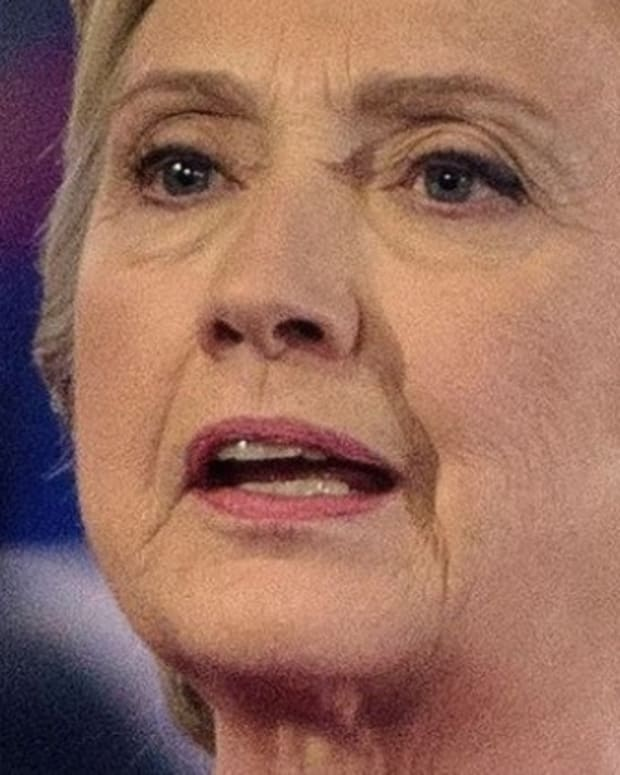 WikiLeaks Email Fuels Clinton 'Earpiece' Theory (Photos) Promo Image