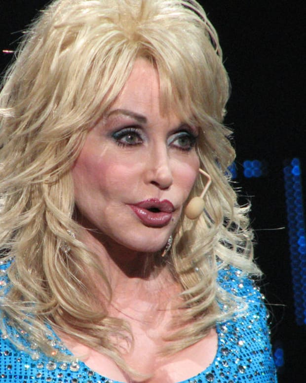 Dolly Parton Helps Tennessee Wildfire Victims Promo Image