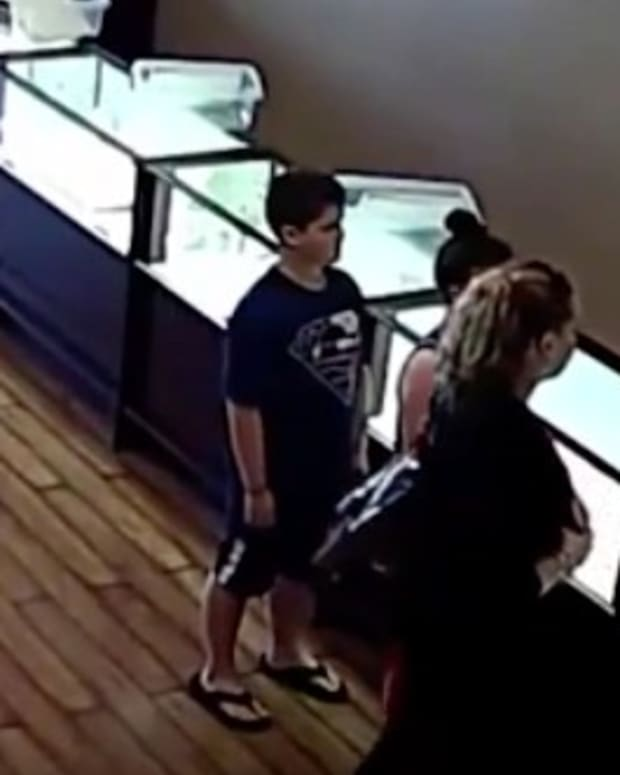 Jeweler Returns Necklace To Mother, Gives Money (Video) Promo Image