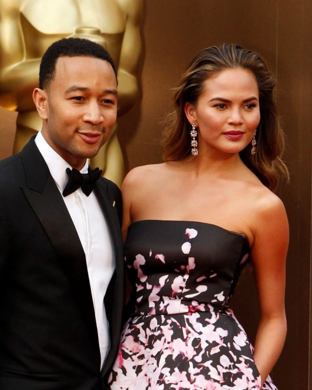 Chrissy Teigen Leaves $1,000 Tip At Outback Steakhouse (Photo) Promo Image