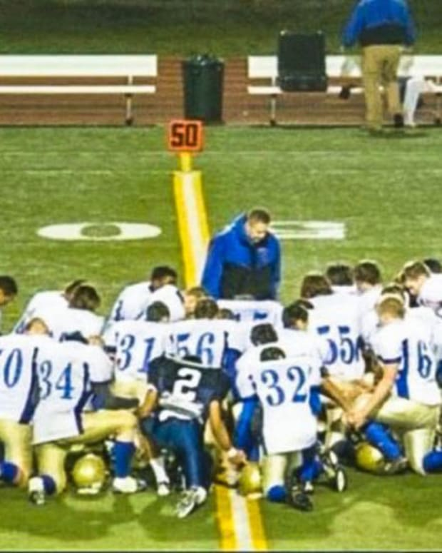 joe kennedy praying with football team