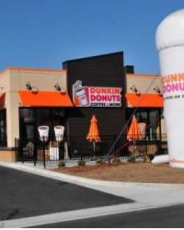Dunkin' Donuts Employee Notices Something Strange About Family, Immediately Calls 911 Promo Image