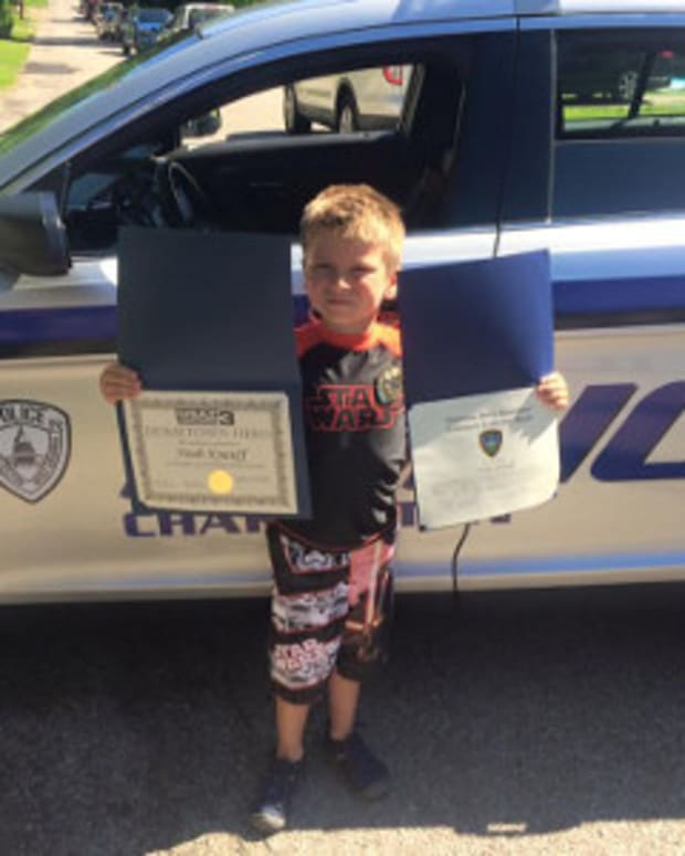 6-Year-Old Boy Buys Pizza Lunch For Cops Promo Image