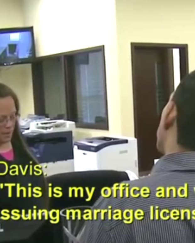 Kim Davis Denies Gay Marriage License