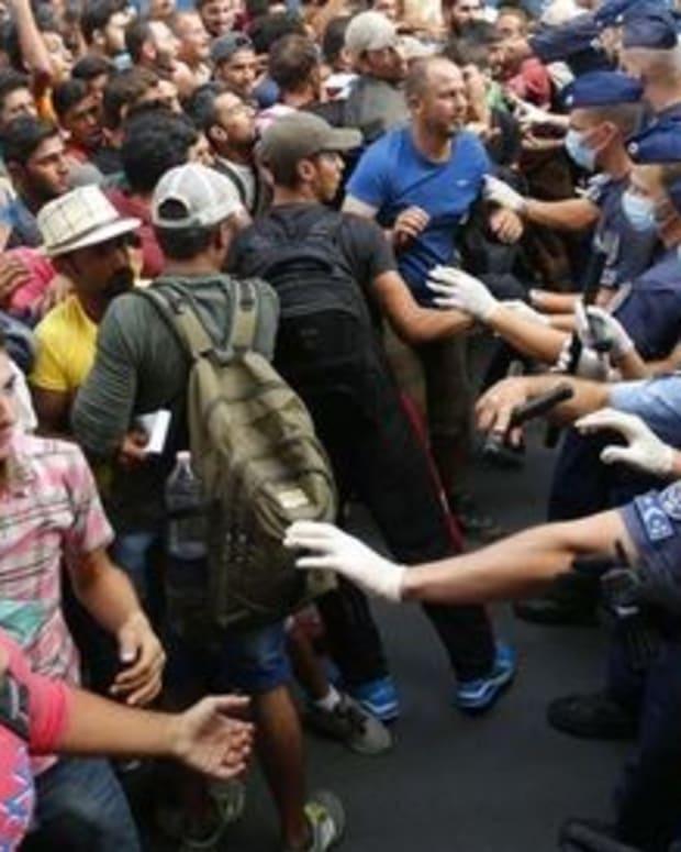 MigrantsFaceHungarianPolice.jpg