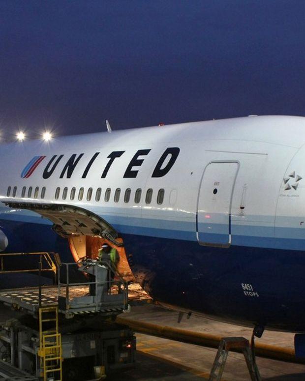 Passengers Cheer As Racist Man Is Kicked Off Flight (Video) Promo Image