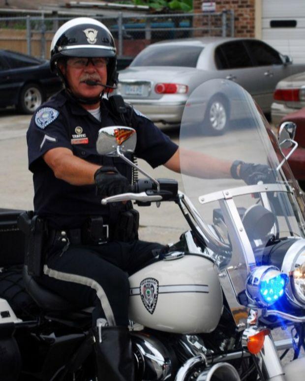 South Carolina: Bystanders Must Help Cops Making Arrest (Video) Promo Image