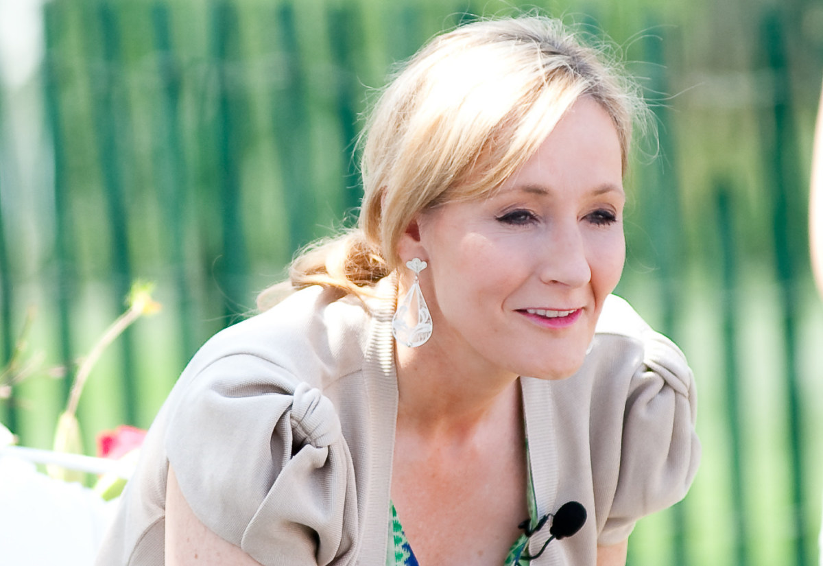 J. K. Rowling Apologizes For Incorrect Tweet (Video) Promo Image