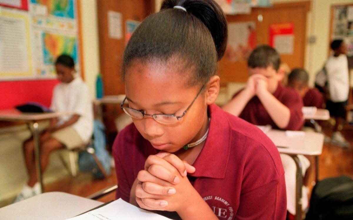 praying in school - 800×596
